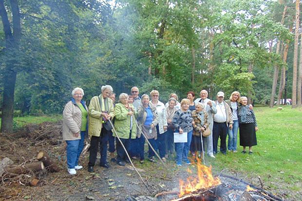 Seniorzy z Dziennego Domu Dla Osób Starszych podczas Ogniska  w Ośrodku Opiekuńczo Rehabilitacyjnym –Tabita w Konstancinie Jeziornie.