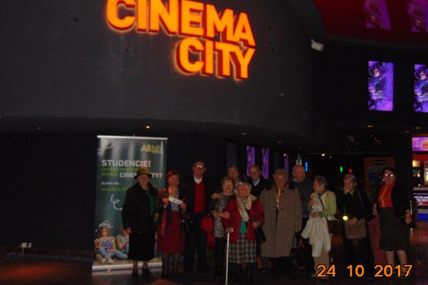 Wyjście do kina Seniorów z Dziennego Domu dla Osób Starszych